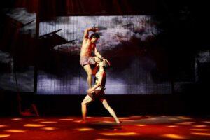 2 Kämpfer mitten im Muay Thai Kampf beim Asiatique Nachtmakrt in Bangkok