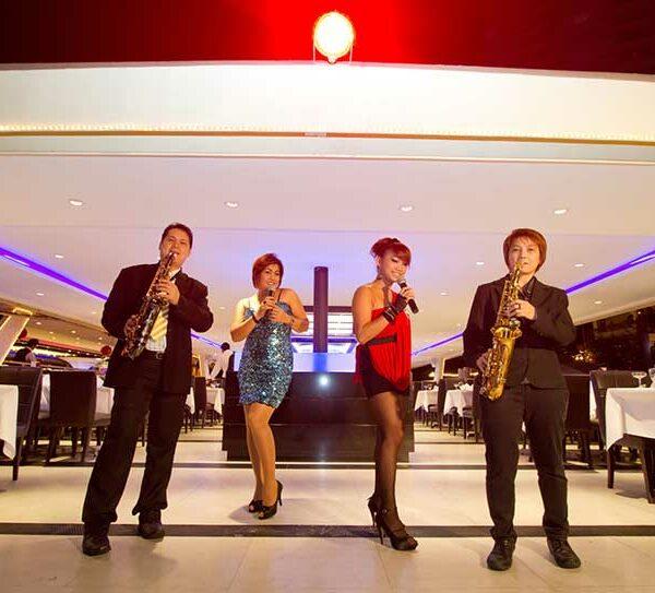 Auch für die Unterhaltung ist auf der Chao Phraya Princess gesorgt. Hier sehen Sie eine der vielen Live Bands