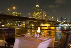 Ausblick von der Chao Phraya Princess auf die Highlights von Bangkok am Ufer des Flusses der Könige.