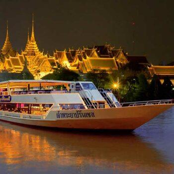 Die Chao Phraya Princess vor dem Königspalast in der Abenddämmerung. Dinner Cruise in Bangkok
