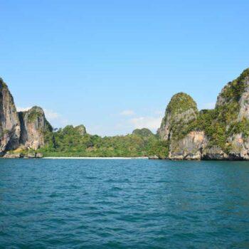 Die für Krabi typische Karstlandschaft bildet einen beeindruckenden Anblick