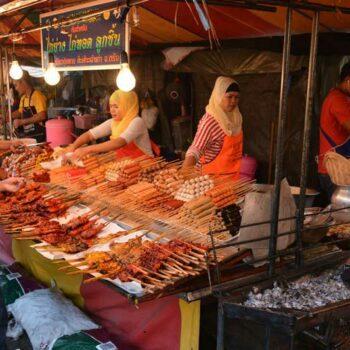 Der Nachtmarkt von Krabi öffnet jedes Wochenende von Freitag bis sonntag und befindet sich an der Walking Street neben dem Vogue Shopping Center