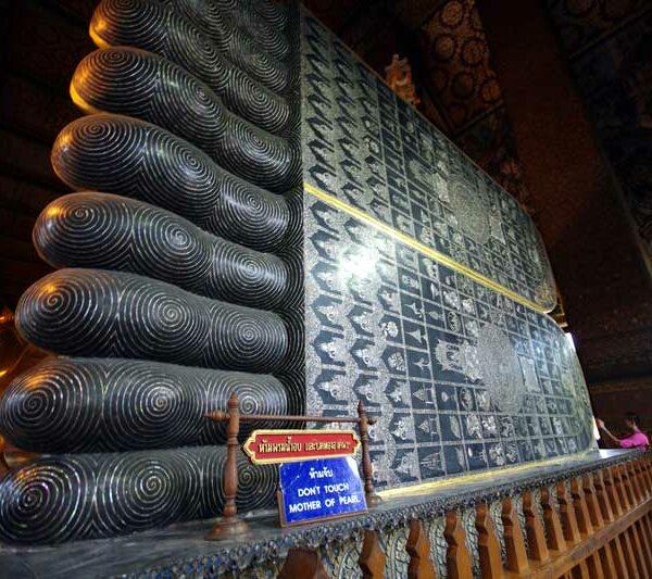 Perlmutt-Einlegearbeit auf den Fußsohlen des Liegenden Buddha in Wat Pho, Bangkok, Thailand