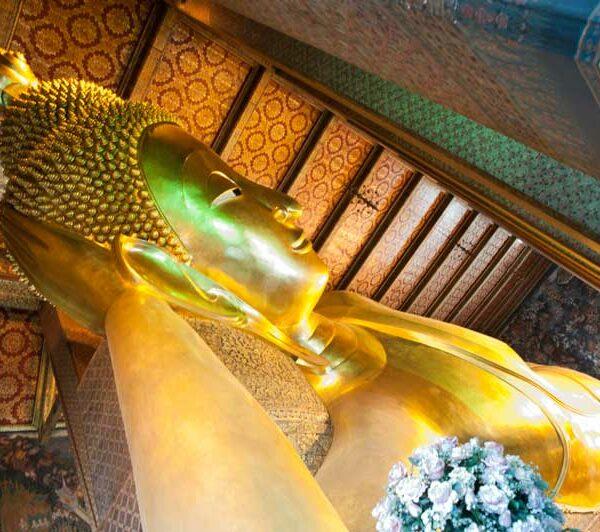Die vergoldete 46 Meter lange und 15 Meter hohe liegende Buddha-Statue im Wat Pho in Bangkok