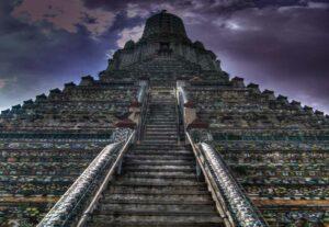 Die Stufen des Wat Aruns bilden einen imposanten Anblick am Chao Phraya