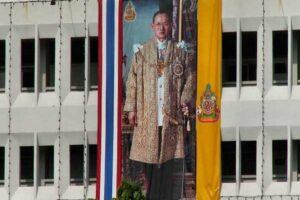Ein typisches Porträt des Königs Bhumibol Adulyadej an einem Gebäude in Bangkok, Thailand