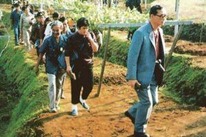 Der König Bhumibol Adulyadej bei der Begutachtung seines Projekts