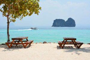 Der Strand beim Mayalay Resort auf Koh Hai. Iselhopping