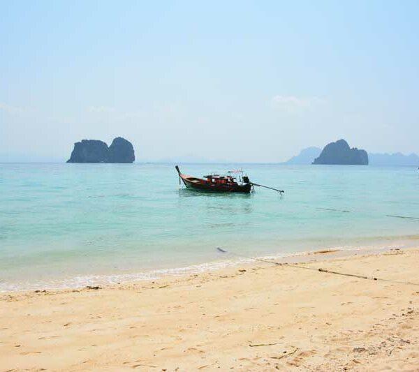 Der Ausblick vom Strand auf Koh Hai im Süden Thailands