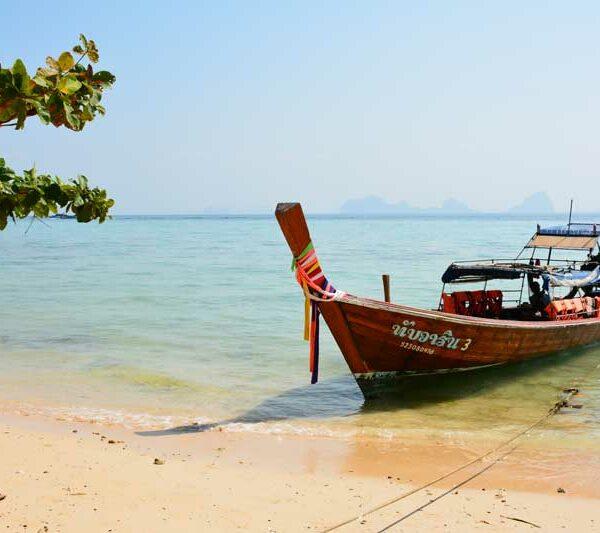 Ein Longtailboot bei der Insel Koh Hai am wunderschönen Strand. Ein muss bei einem Thailand Inselhopping
