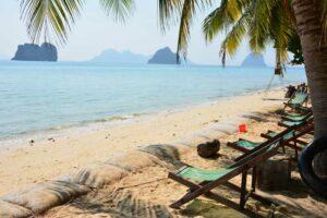 Der Strand vor dem Coco Cottage Resort auf Koh Hai. Das Coco Cottage Resort ist ein ideales Hotel für ein Inselhopping in Thailand