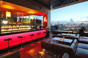 Skybars Bangkok Die Long Table Bar im Column Tower erwartet Sie