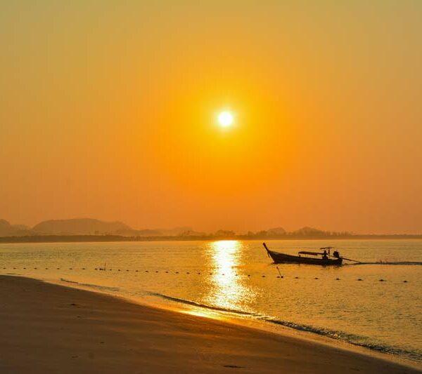 Sonnenaufgang bei Koh Mook - ein weiterer Tag im Paradies beginnt bei Ihrem Inselhopping