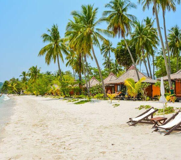 Blick auf das Sivalai Beach Resort auf Koh Mook.