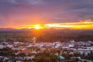 Sonneaufgang über Uthai Thani auf Ihrer Rundreise ins Goldene Dreieck