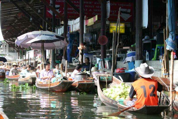 Freuen Sie sich auf Ruderbootsfahrt über den Schwimmenden Markt von Damnoen Saduak.