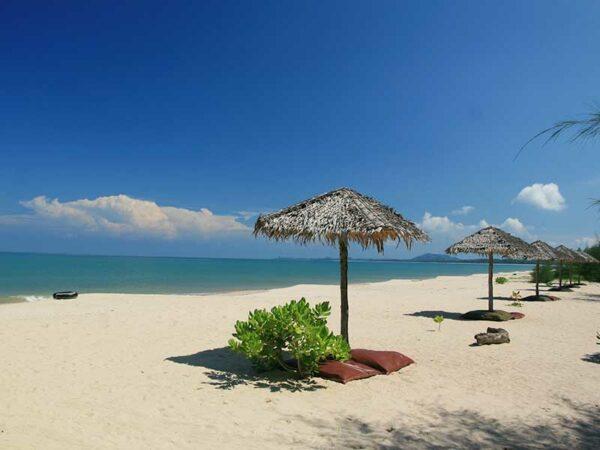 Genießen Sie die Einsamkeit am Strand und erkunden Sie die Koh Kho Khao mit dem Roller.