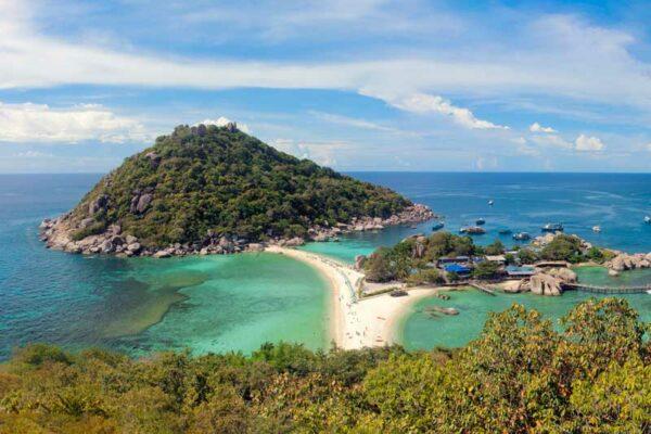 Blick auf die Insel Koh Nang Yuan die bei niedrigen Wasserstand zu Fuß erreicht werden kann.