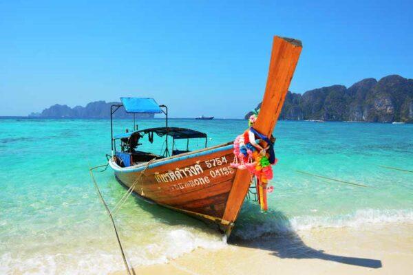 Die zweite Station Ihres Inselhoppings ist die berühmte Insel Koh Phi Phi. Lassen SIe sich von der spektakulären Kulisse verzauber.