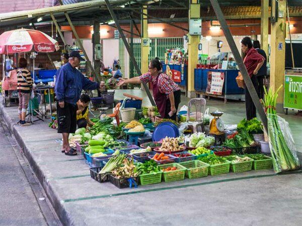 Das Khao Lak Inselhopping führt Sie in die noch weniger bekannten Ecken Thailands was Sie auch auf dem Markt von Ranong bemerken werden.