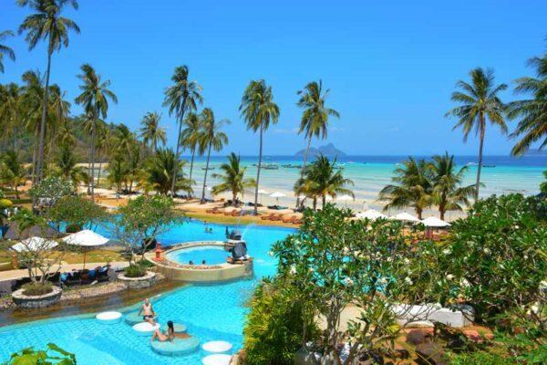 Blick auf die Anlage des Phi Phi Island Village Resort, unser Meinung nach das beste Resort der Insel.