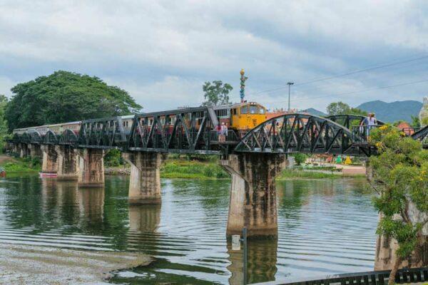 Die berühmte Brücke am River Kwai besichtigen SIe am dritten Tag Ihrer Thailand Rundreise