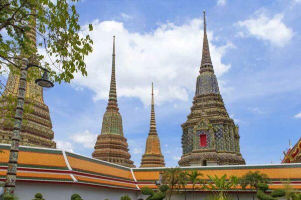 Die Aussenansicht der Tempelanlage Wat Pho in Bangkok