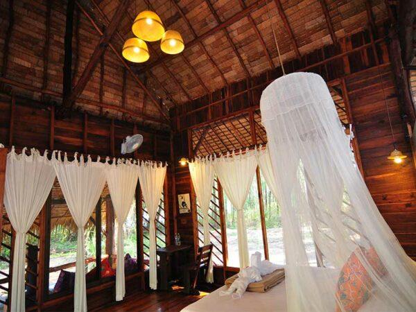 Auf Koh Phra Tong schlafen Sie im Moken Eco Village Resort. Erleben Sie das trdationelle Inselleben.