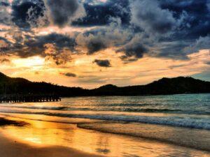 Sonnenaufgang am Haad Rin Beach von Koh Phangan.