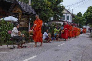 Mönche beim Bettelgang in Luang Prabang