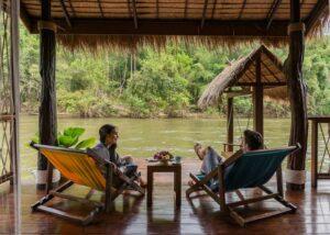 Teraase der Floating Villa im Floathouse River Kwai, Flitterwochen Thailand