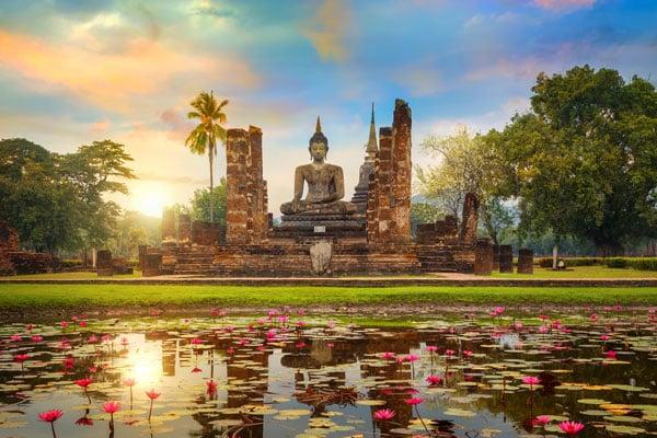 Der Tempel Wat Mahathat im Geschichtspark von Sukhothai, welcher zum UNESCO Weltkulturerbe gehört.