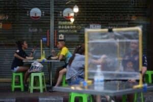 ein paar das auf den Straßen von Bangkok Streetfood zu sich nimmt.