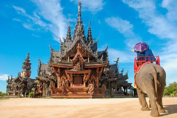 Besucher-zum-renommierten-Sanctuary-der-Wahrheit-in-Pattaya,-Thailand-genießen-an-Elefanten-Fahrt-durchgeführt-von-Guides-um-den-Tempel-grounds