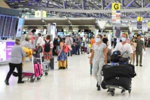 Die Abflughalle des Flughafen Suvarnabhumi in Bangkok mit vielen Toiristen die sich auf die Abreise vorbereiten.