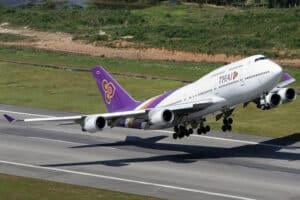 Eine Boeing 747-8 der Thai Airways beim Start vom Flughafen auf Phuket.