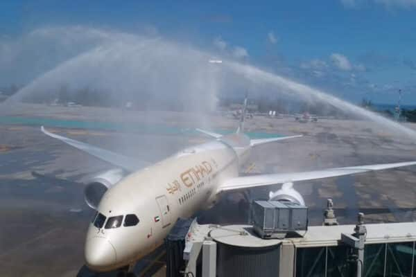 Ein Flugzeug von Etihad Airways welches mit Wasser Fontänen auf Phuket begrüßt wurde.