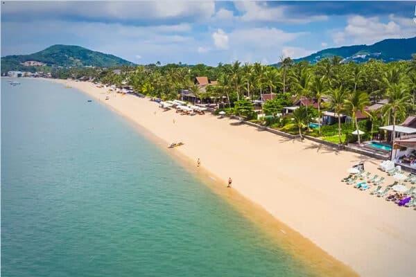 Blick auf den Strand von Koh Samui der so gut wie menschenleer ist