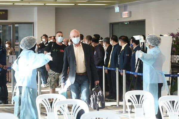 Touristen bei der ankunft am Flughafen von Phuket, welche im Rahmen des Sandbox Modells nach Thailand eingereist sind.