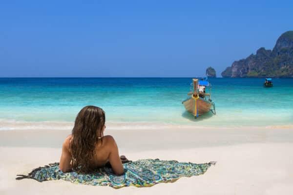 Touristin am Strand von Koh Racha, welche im zuge des Sandbox Modells auf die Insel kam