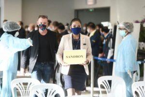 ankommender-Passagier-am-Flughafen-von-Phuket-der-im-Rahmen-des-Sandbox-Modells-in-empfang-genommen-wurde.