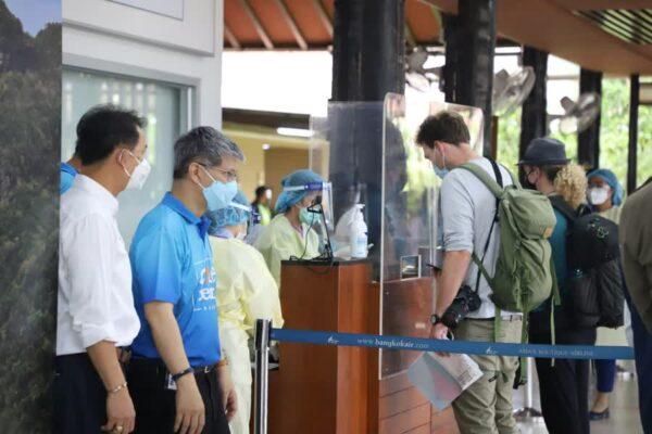 Toursiten am Flughafen von Koh Samui bei der Ankunft.