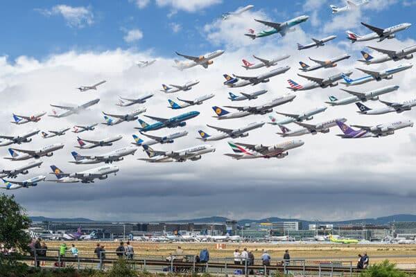 viele-verschiedene-flugzeuge-am-himmel-von-unterschiedlichen-airlines