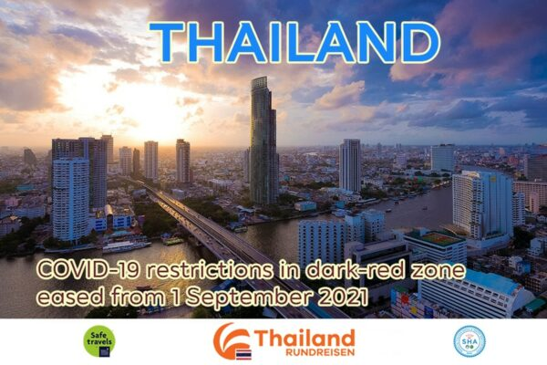 Bangkoks Skyline mit dem Chao Phraya Fluss und den Wörtern Thailands neue Lockerungen ab September