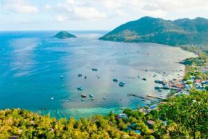 Blick auf die Bucht mit dem Pier von Koh Tao.