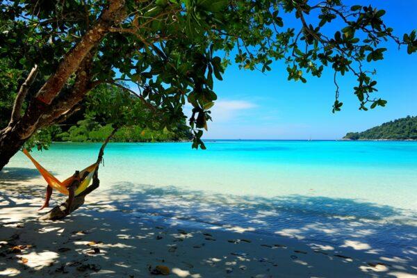 Blick von der Insel Koh Surin über das türkisblaue Wasser. Die Phang Nga Region besticht durch die einmalige Schönheit der Natur (1)