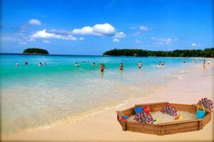 Ein Sandkasten am Strand von Phuket als anspielung auf das Phuket Sandbox Modell