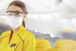 Stewardess der Nokair Airline in Corona Schutzkleidung