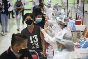 Thailaender die in einem der Impfzentren ihre Impfung erhalten