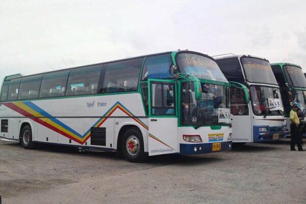 Busse auf Phuket die die gestrandeten Touristen zum Flughafen nach Bangkok bringen werden